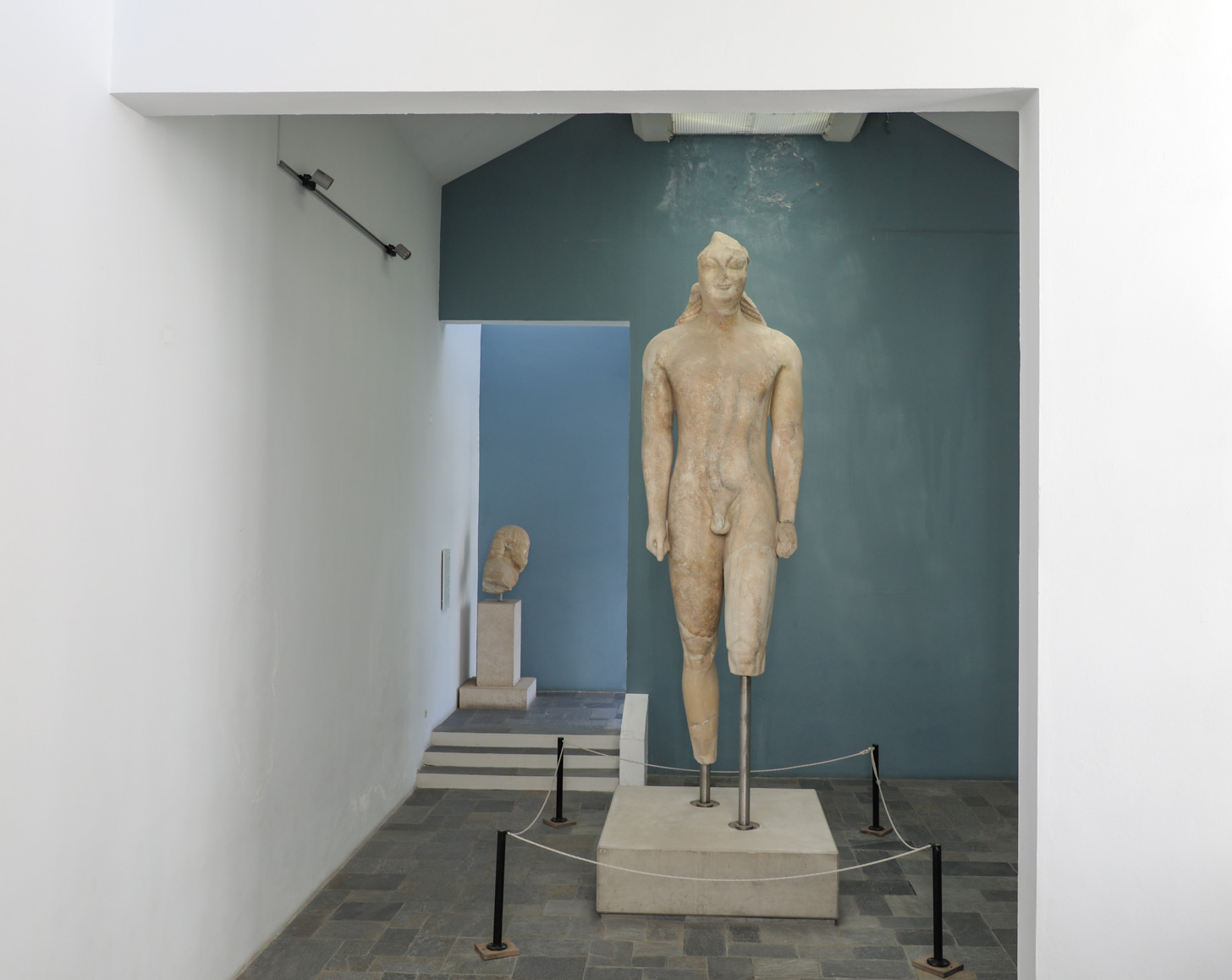 De beroemde kouros in het Archeologisch Museum in Vathy