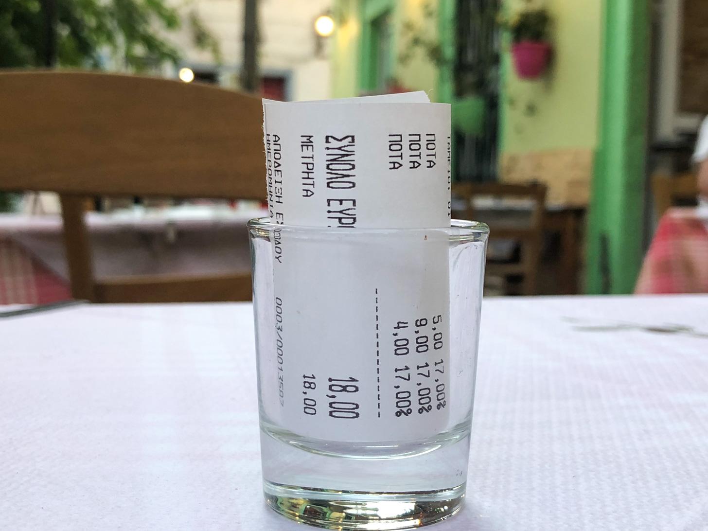 Een bonnetje op tafel is gebruikelijk op Samos