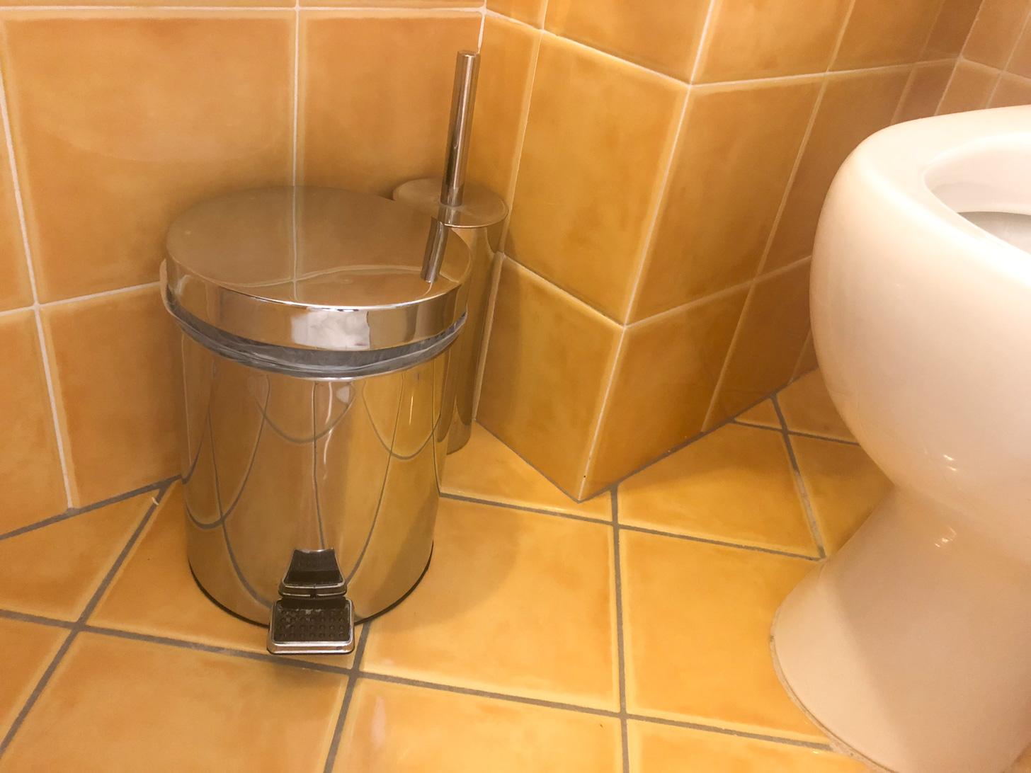 Toiletpapier hoort in het emmertje thuis!