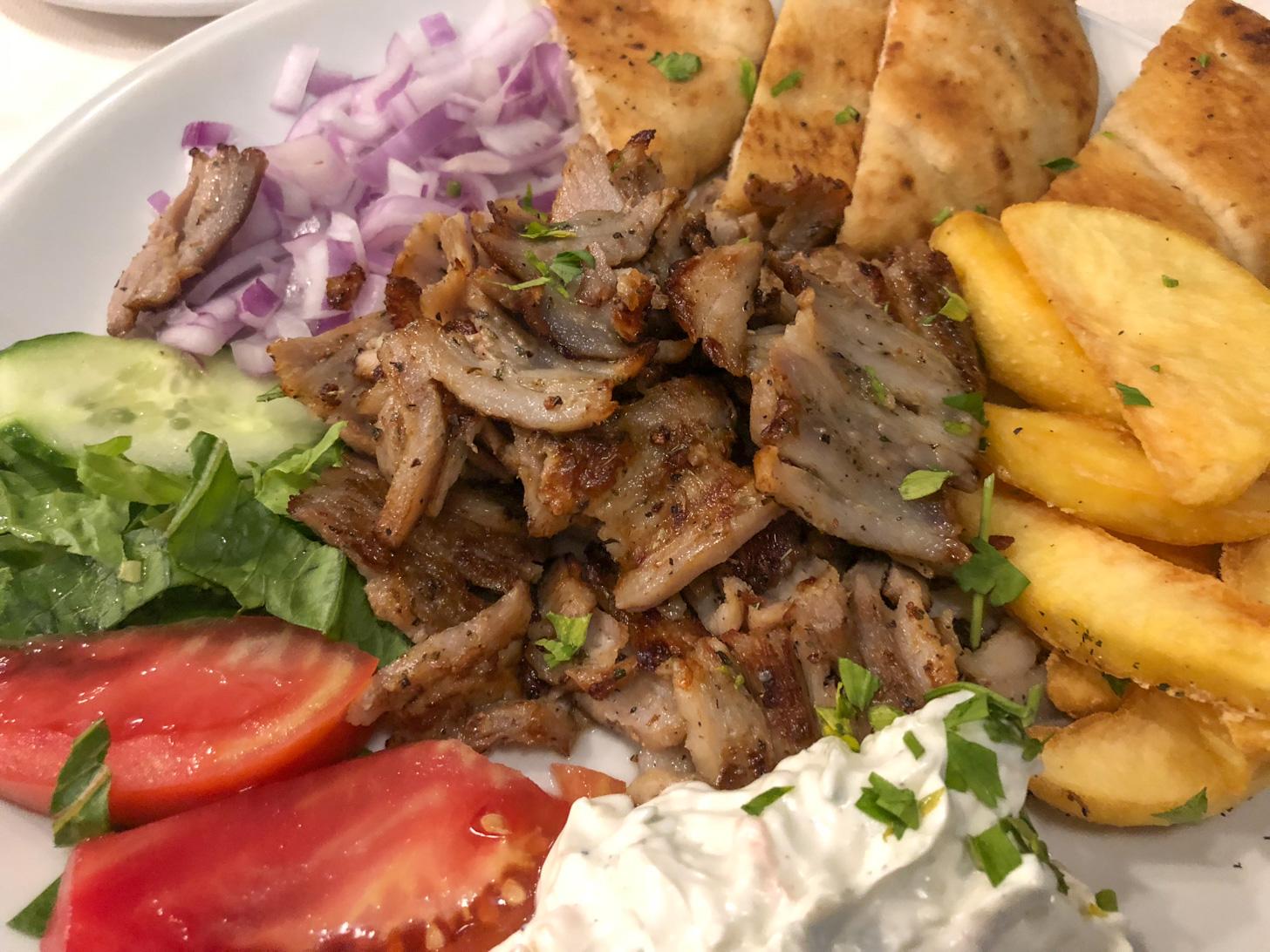 Een heerlijke gyrosschotel kun je op vrijwel heel Samos eten.