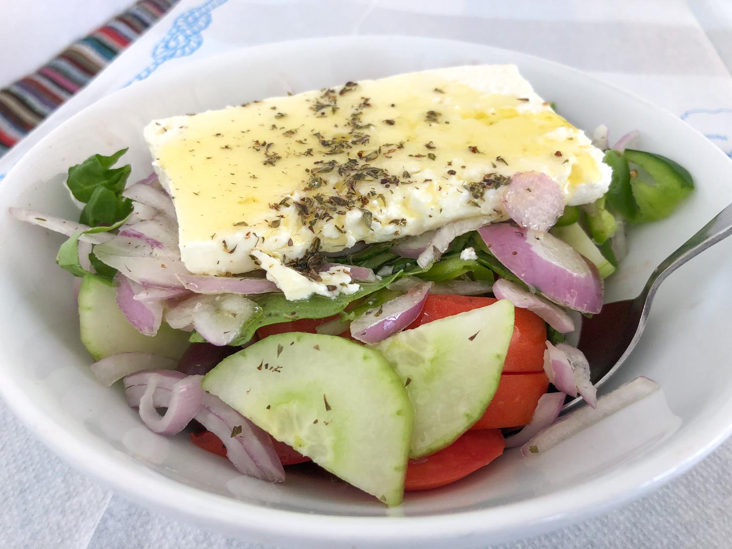 De overbekende Griekse salade wordt ook op Samos veel gegeten.