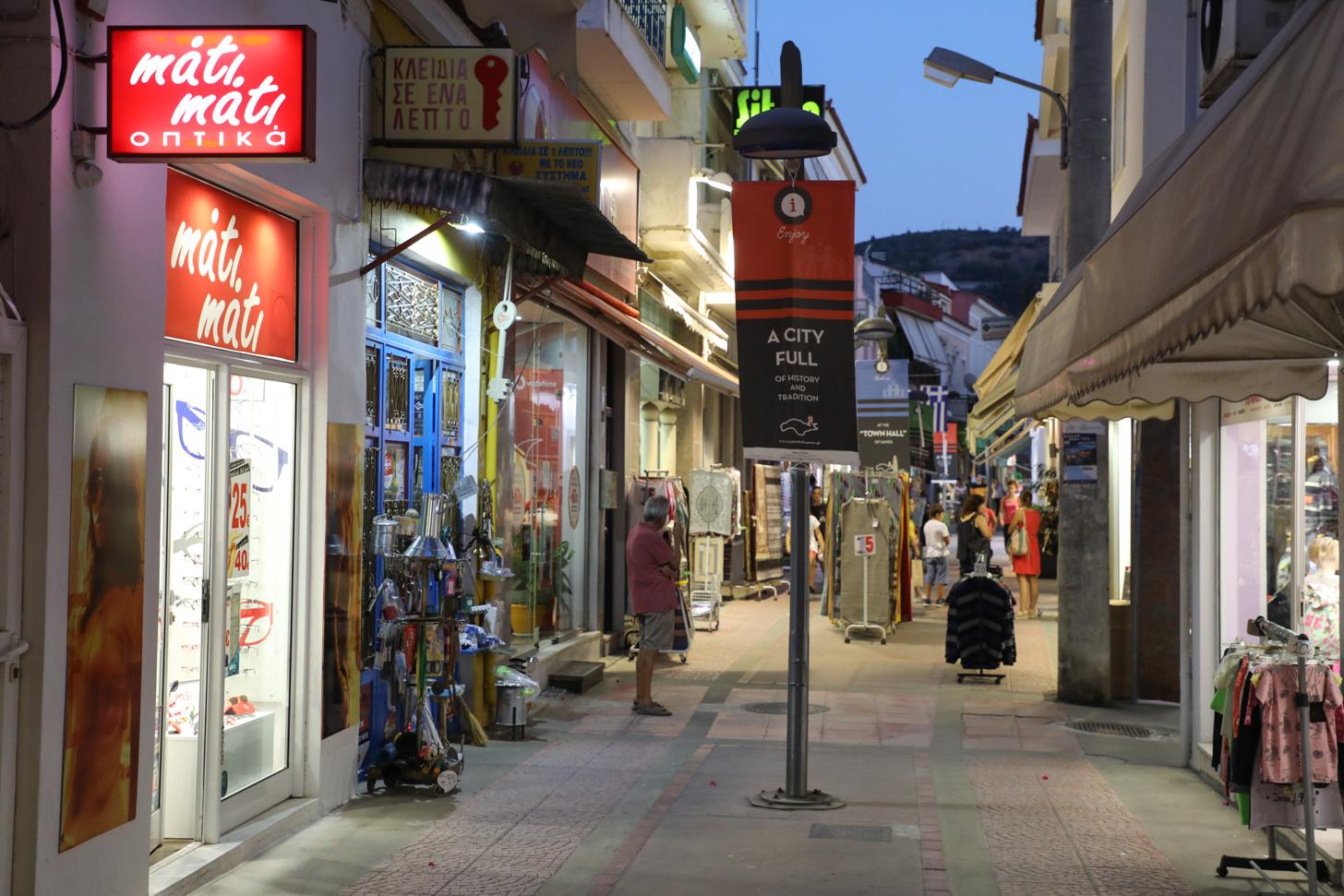 De belangrijkste winkelstraat van Samos-stad