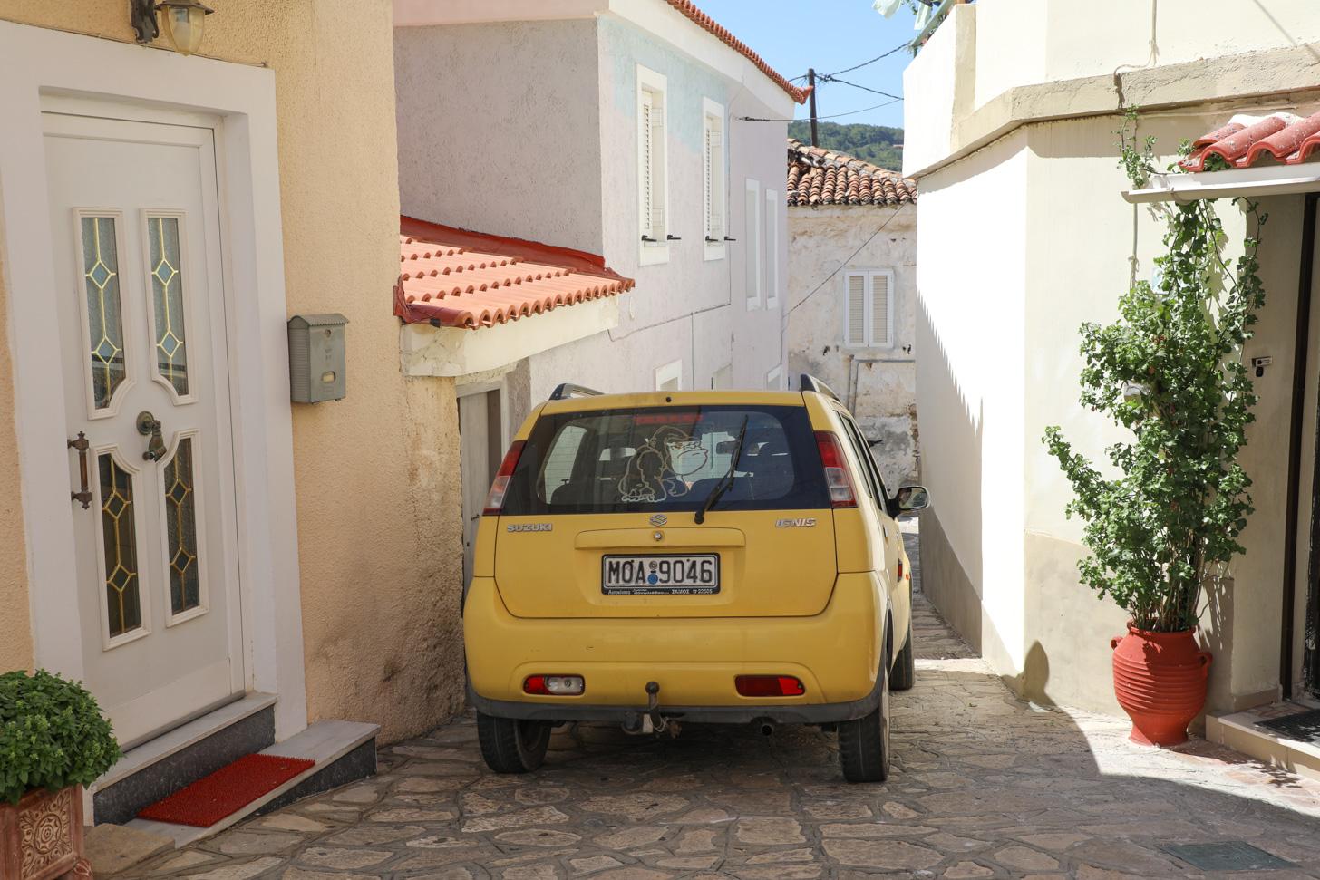 Je krijgt op Samos geregeld te maken met krappe straatjes zoals deze