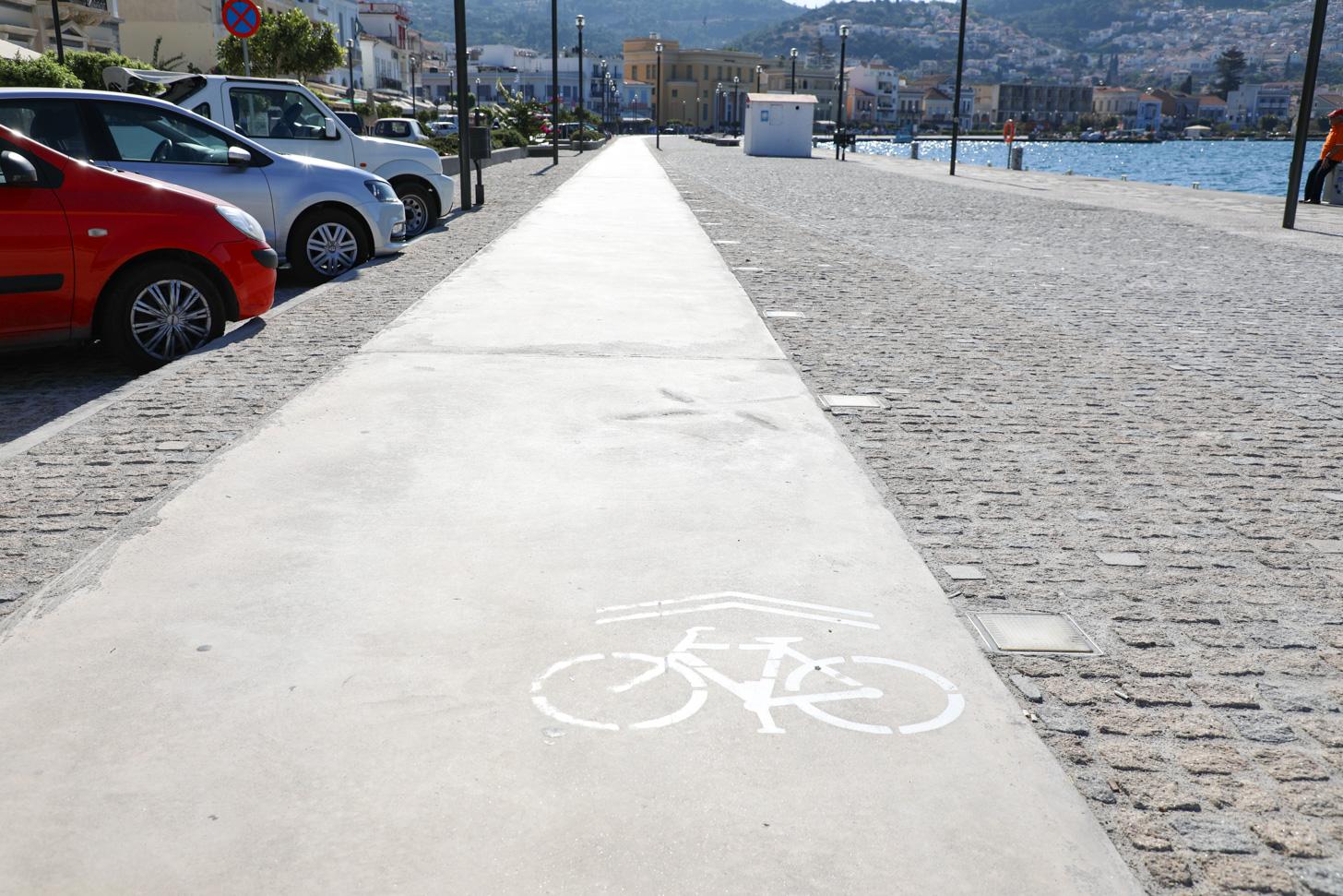 Fietspad in Samos-stad. Op Samos kom je maar weinig fietspaden tegen.