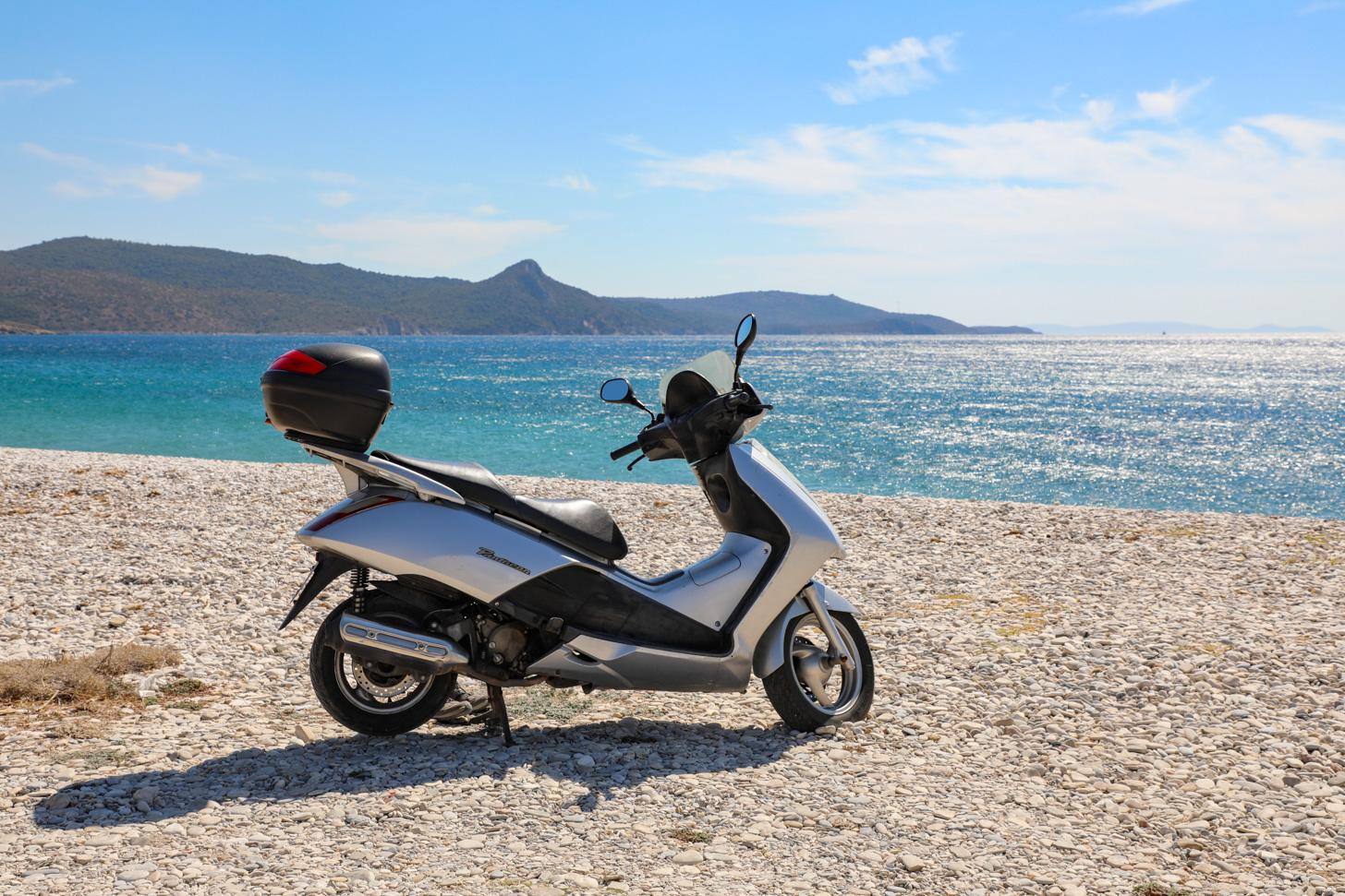 De scooter is een prima vervoermiddel op Samos