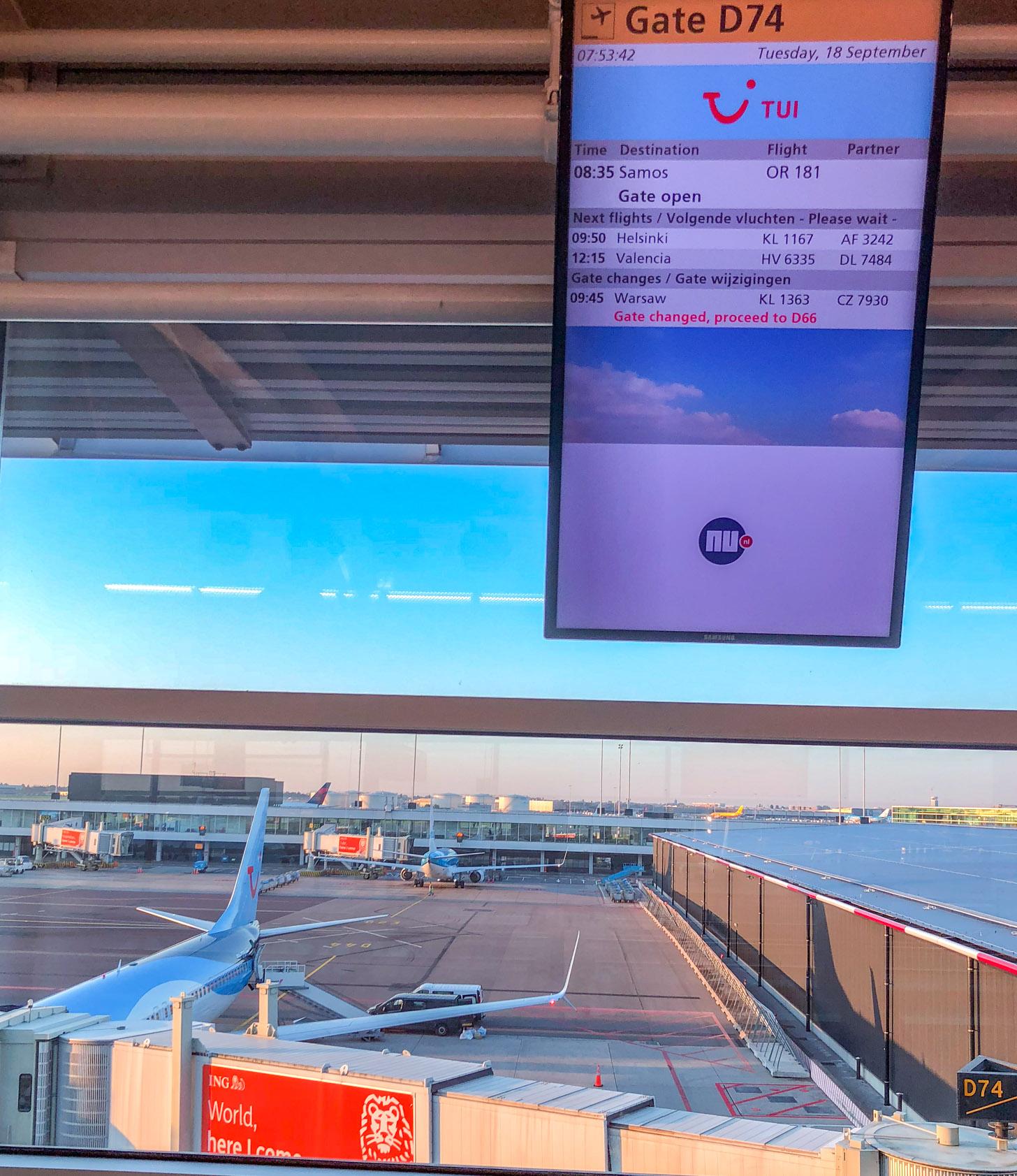 Vliegtuigtuig staat gereed op Schiphol om naar Samos te vertrekken.